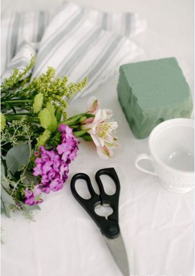Cách cắm hoa để bàn trong tách trà