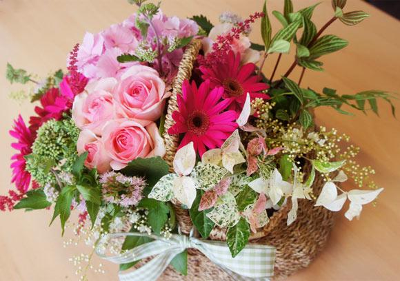 Cách cắm giỏ hoa mang sắc hồng lãng mạn