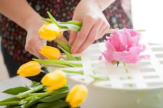 Học cách cắm hoa để bàn trang trí bữa tiệc