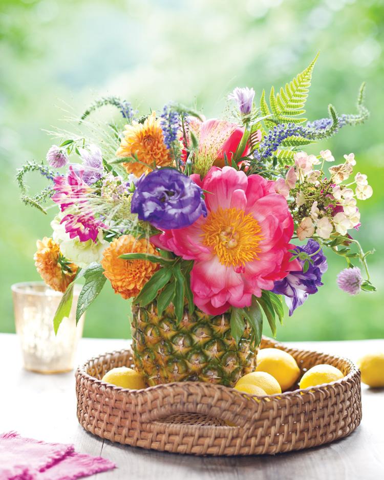 Kết hợp cắm hoa xen lẫn trái cây cho ngày 8/3 ấn tượng
