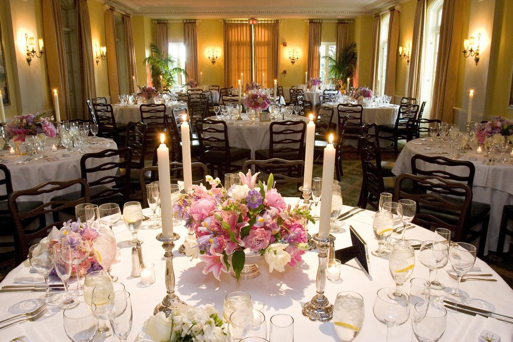 Cách cắm hoa để bàn ngày cưới chuẩn hiện đại