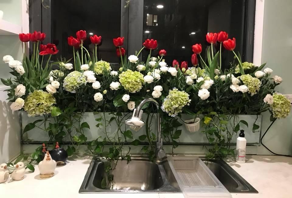 Cách cắm hoa trong bồn kính nhà bếp