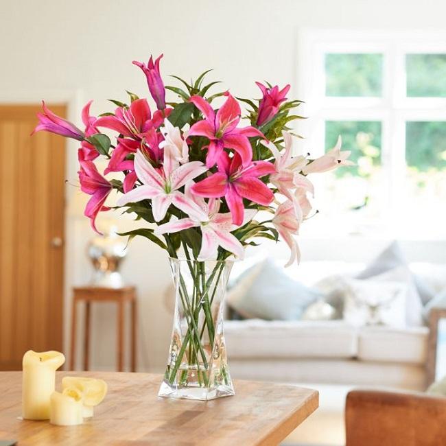 Phong thủy đặt bình hoa trong phòng khách