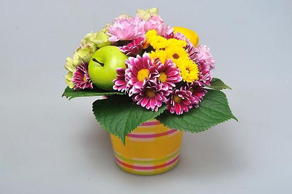 Cách cắm hoa xen quả đẹp bắt mắt