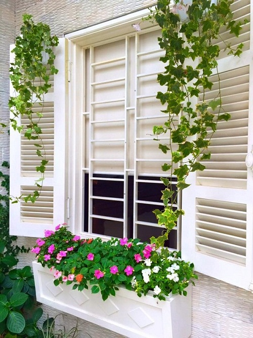 Cách phối hoa treo trang trí cửa sổ đẹp lung linh